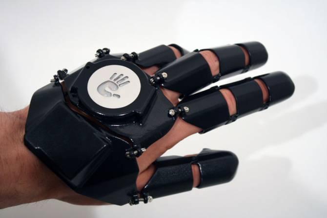 Телефон в виде перчатки